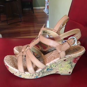 NWT b.o.c. Tan Leather T Strap Wedge Sandals 8/39
